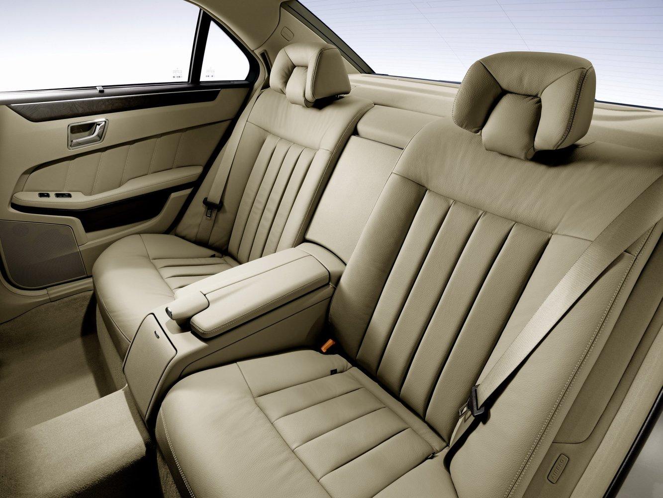 В автомобиле mercedes c-class перетянуты 2 передних сиденья, задний диван с подлокотником, все подголовники
