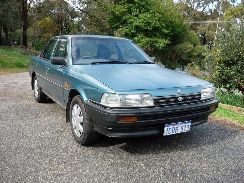 седан Holden Apollo