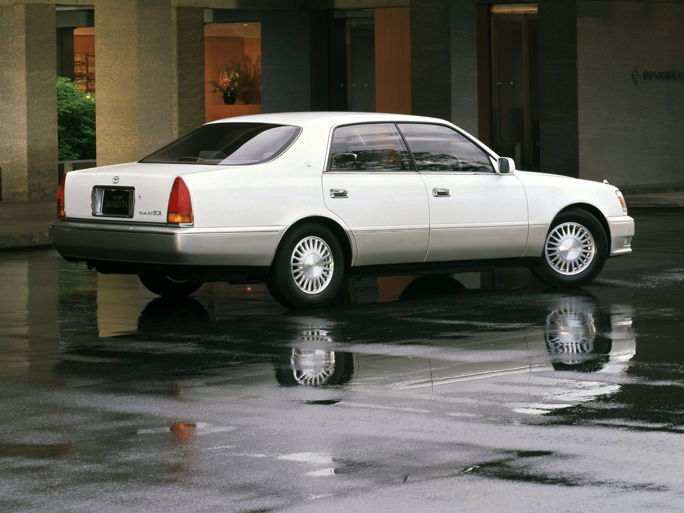 седан Toyota Crown Majesta 1995 - 1999г выпуска модификация 3.0 AT (220 л.с.)
